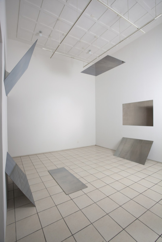 "Liz Deschenes, ""Tilt / Swing"". Miguel Abreu Gallery, New York, 2009. Vue d'exposition. Courtesy de l'artiste et Miguel Abreu Gallery, New York. Photo: John Berens."