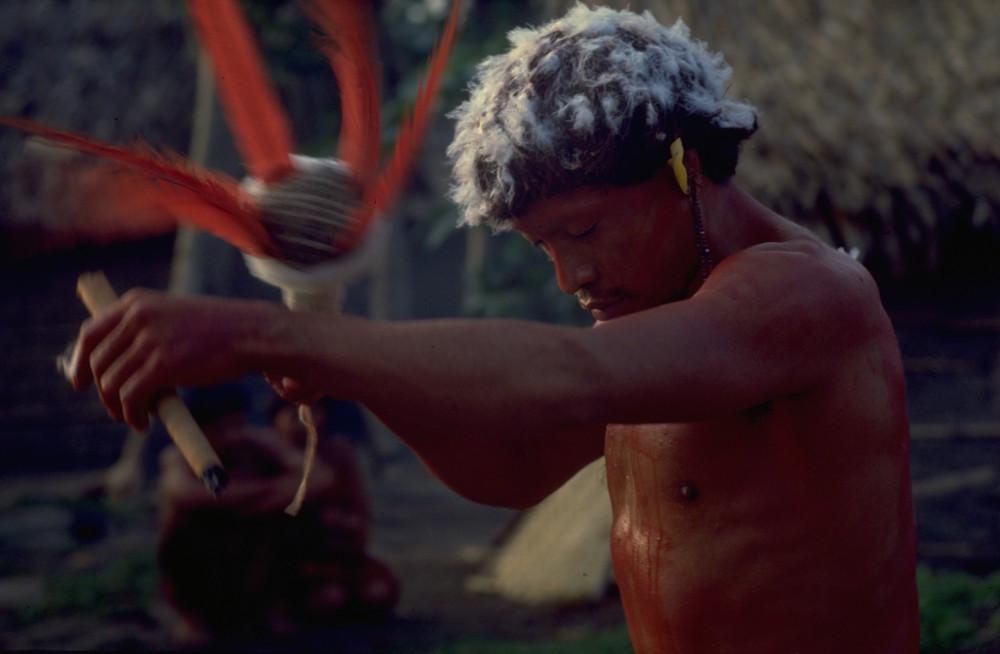Shaman Araweté shaman appelant les morts et les divinités à participer à un festin de tortues. (Ipixuna, Pará, Brésil, 1982). Photo: Eduardo Viveiros de Castro.